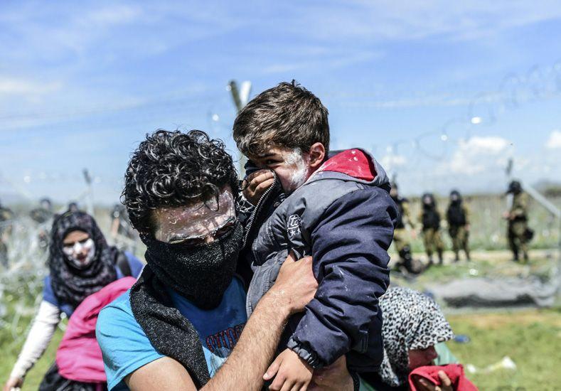 Macedonia reprime a refugiados, entre ellos chicos y embarazadas, que intentaron cruzar la frontera