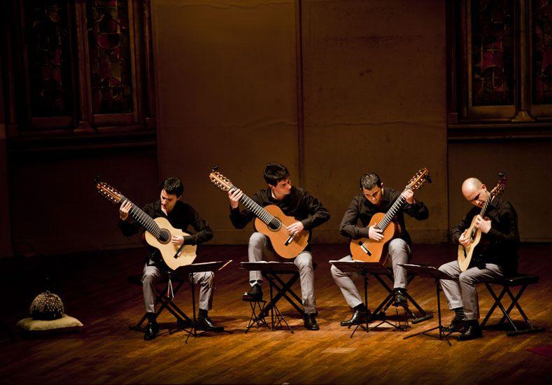 Sonido. La formación tiene un amplio espectro tímbrico y utiliza guitarras de 6