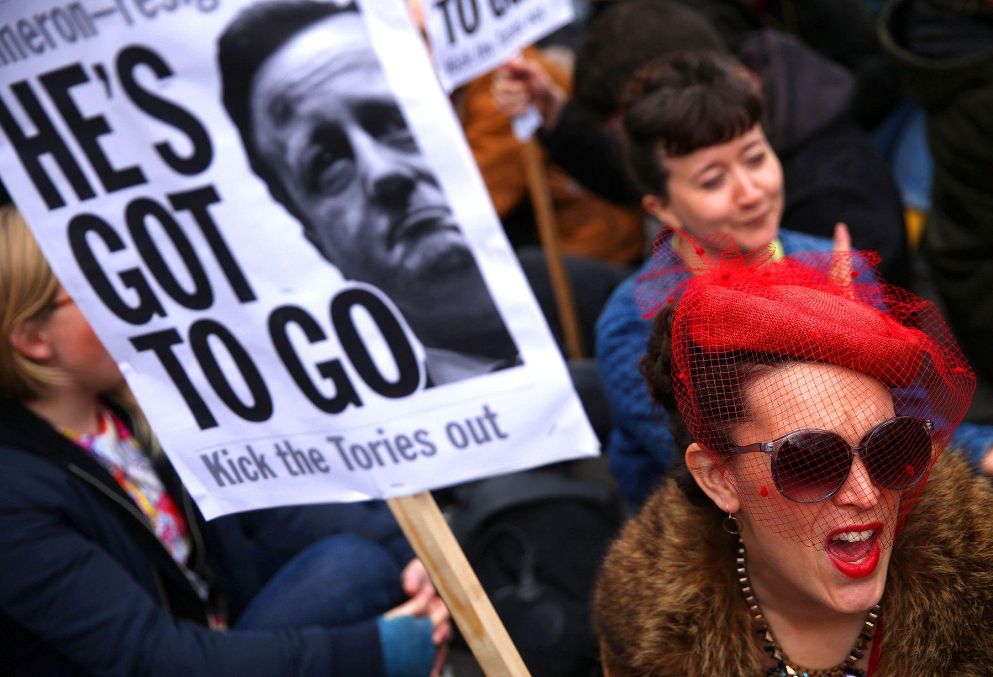 Manifestantes británicas reclamaron por las calles contra David Cameron.