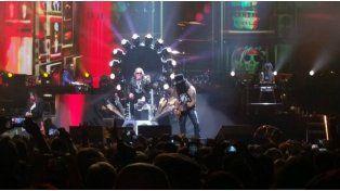 Insólito: El regreso de Guns N' Roses fue con Axl enyesado