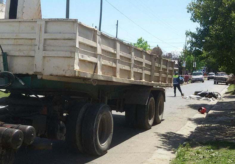 Baches. El camionero esquivó un pozo en calle Galán hacia la izquierda