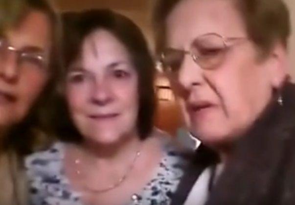 Viral: Cuatro señoras tratan de sacarse una selfie y mirá lo que pasa...