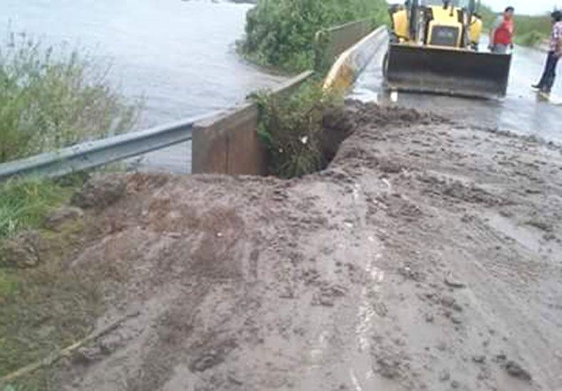 En Paso Correa el agua socavó una de las alas del puente. (Foto: FM Libertad)