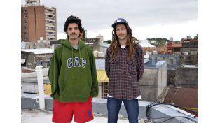 Bruno y Lucas junto a un grupo de amigos organizan La Zona en el poli de Mariano Moreno. Foto UNO/ Mateo Oviedo.