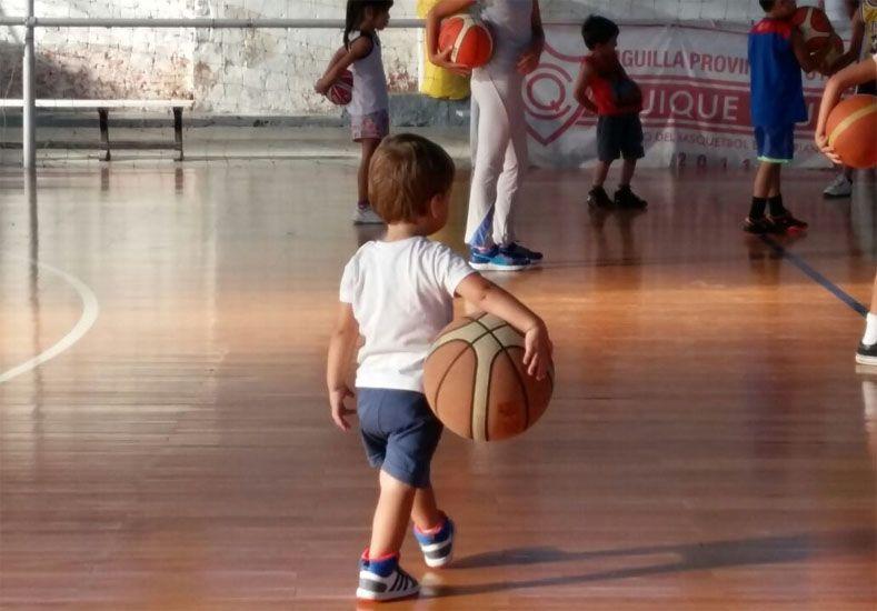 Decanitos. Comenzó en el Quique club la escuelita de básquet para masculino y femenino; martes y jueves desde las 17.30.