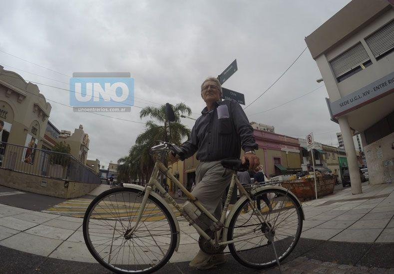 Eldgard tiene una cadena en el cuadro de la bici para poder estacionarla en donde puede.  Foto UNO Juan Manuel Kunzi.