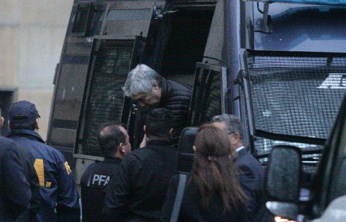 Lázaro Báez desciende de un camión policial para presentarse ante el juez Casanello.
