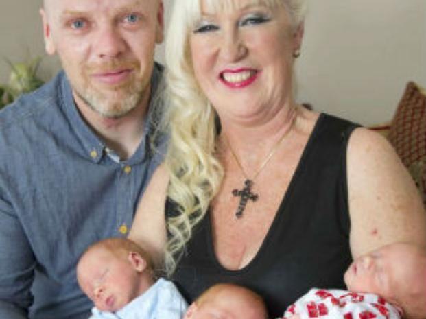 Una enfermera, abuela de cuatro nietos, se convirtió en mamá de trillizos a los 55 años