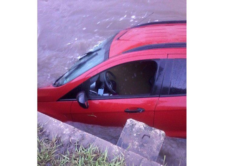 Una camioneta despistó y cayó a un arroyo