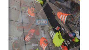 El precio de los botines está en vidriera y parece no sorprender a nadie. Foto UNO.