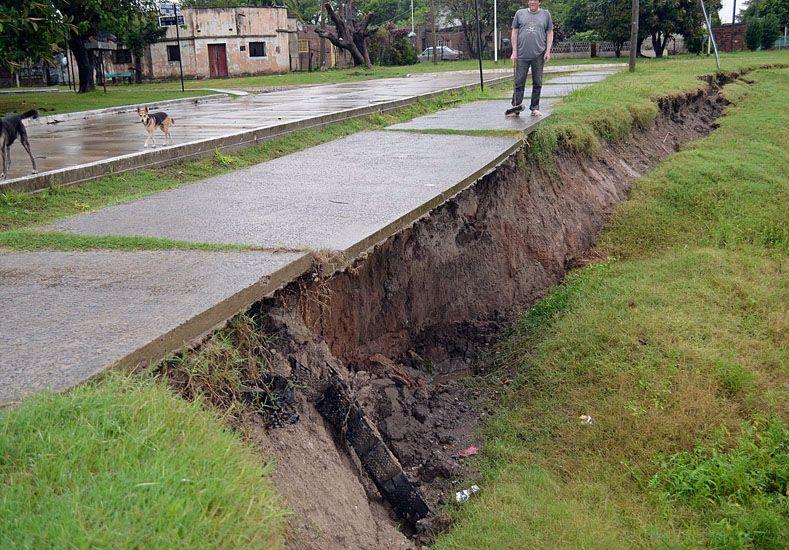 En Santa Elena algunas casas están a punto de colapsar y caer por las barrancas