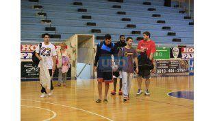 Los players se van. A la tarde habían decidido llevar el juego del CJS a la cancha de Echagüe. Tampoco resistió.  Foto UNO/Diego Arias