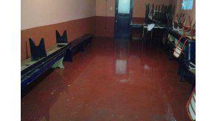 La escuela se inundó y suspendieron las clases.