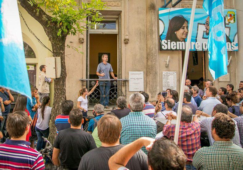 Desde el balcón. El intendente Piaggio planteó dar las discusiones dentro del partido