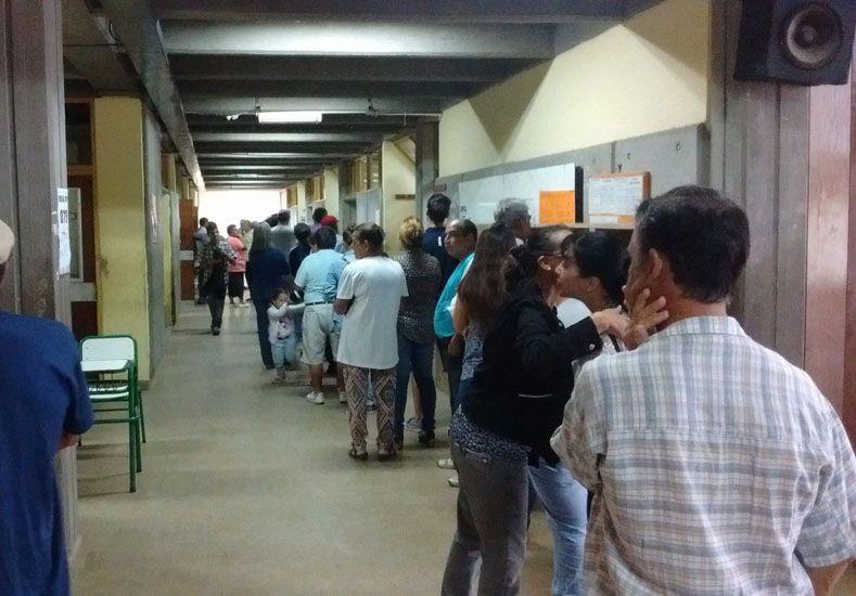 Colas en Tala. En la escuela Julio Ossola los justicialistas tuvieron que esperar para sufragar.