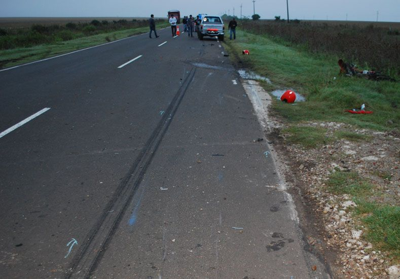 La moto circulaba por la ruta y fue envestida por la camioneta. Foto Policía Concepción del Uruguay.