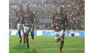 Carrasco ya superó a Batalla y festeja el gol del triunfo. Se suman Telechea y Quiroga.  (Foto UNO/Juan Ignacio Pereira)