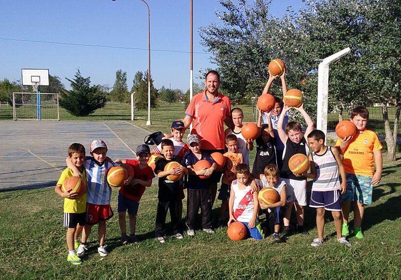 Importancia.  El objetivo de la Educación Física es estimular el movimiento y que los niños disfruten la actividad física.