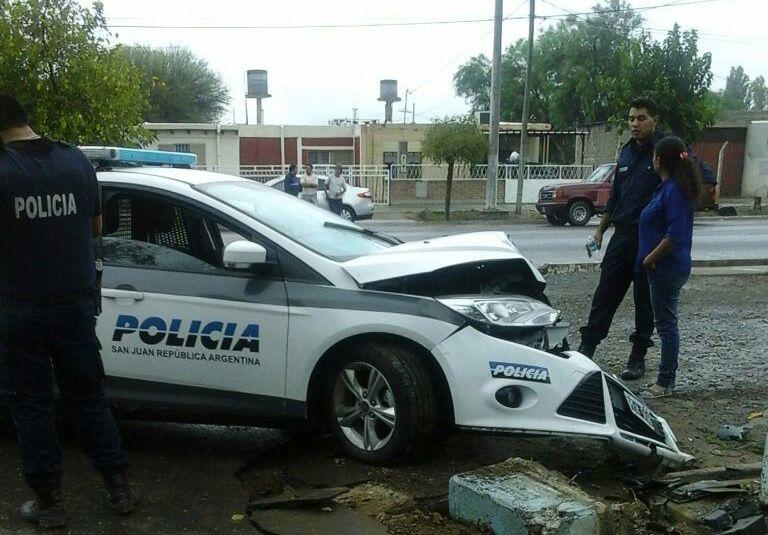 Un patrullero chocó contra un pilar porque los vecinos les arrojaron ladrillos para proteger a dos ladrones