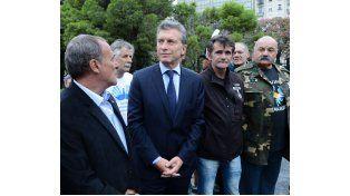 Macri junto a ex combatientes en el acto de esta mañana en la Plaza San Martín. (Foto.Telam)