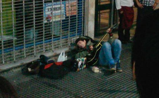 Video: Pity, a la gorra y tirado en la calle