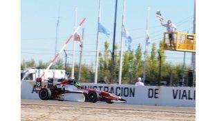 El paranaense. Hernán Satler piloteando el monoposto número ocho. Su meta este año es pelear por el campeonato.
