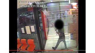 Video: el cajero le retuvo la tarjeta y destrozó el banco