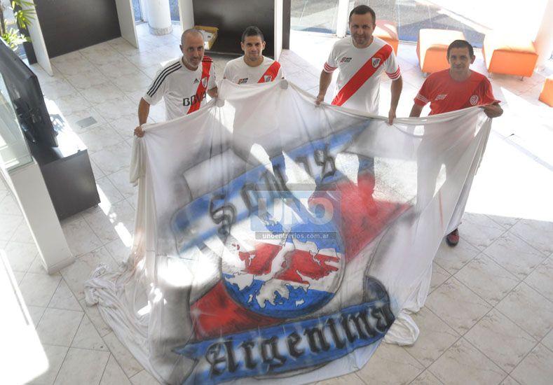 Integrantes de la filial de River con el trapo de Malvinas.    Foto UNO/Mateo Oviedo