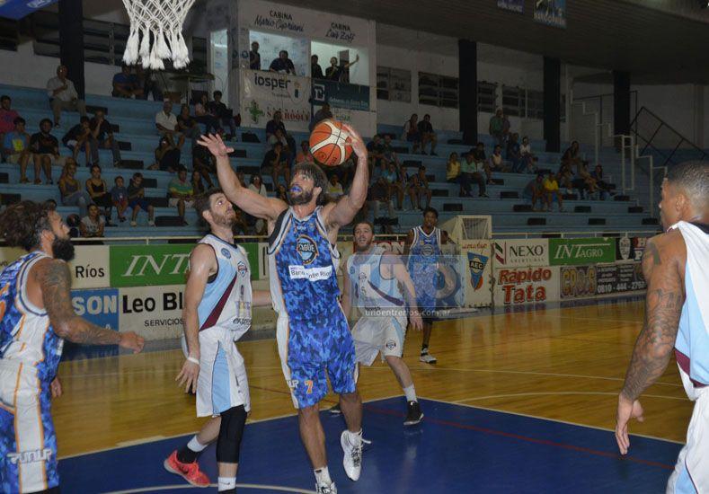 Echagüe se impuso por 90 a 77 en el primer partido disputado el martes.   Foto UNO/Mateo Oviedo