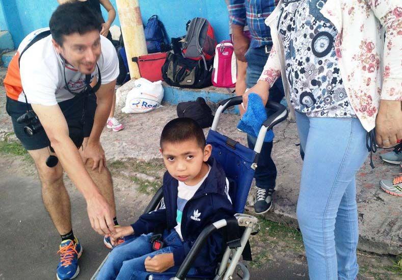 Camilo ayer en el parque Berduc visitando a los atletas paranaenses. Fotos Secretaría de Deportes Municipalidad de Paraná.