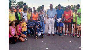 Camilo junto con los atletas y Daniel Sánchez de Deportes.