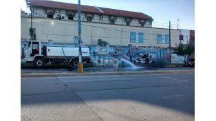 Esta mañana empleados lavaban la calle con agua potable