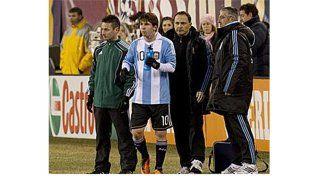 CON EL MEJOR. Daniel Martínez fue el médico de la Selección en el Mundial de Brasil 2014.  Asistiendo a Lionel Messi.