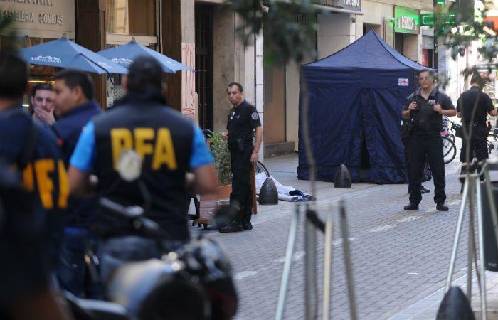 Escena del crimen. La policía federal trabajó en el lugar y extrajo una única vaina servida. (Foto Télam)