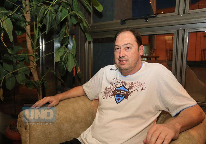 Un conocido. El entrenador de Salta Básket es Ricardo De Cecco
