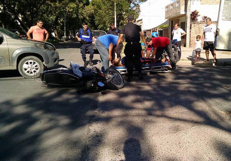 Las dos mujeres que transitaban en la moto salvaron sus vidas porque tenían puestos los cascos. Fotos / Reporte 100.7