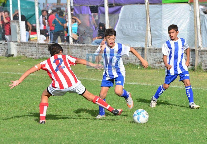 El delantero de Affug desnivela ante la marca del defensor de Unión. (Foto UNO/Juan Manuel Hernández)
