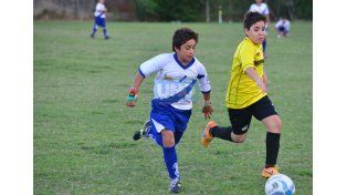 El jugador de Libanés intenta avanzar en territorio de Libertad de Gualeguay.