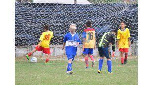 El delantero de Affug anota su gol. El rival sufrió la conquista.