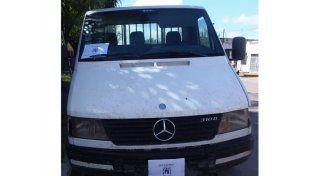 La División Delitos Económicos de la Dirección Investigaciones efectúo el secuestro de la Mercedes Benz . Foto prensa Policía.