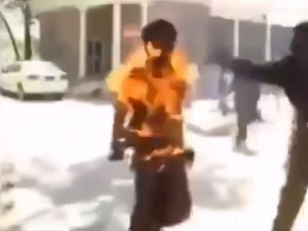 Un hombre casi muere calcinado luego de que le explotara la batería de su celular en la mano