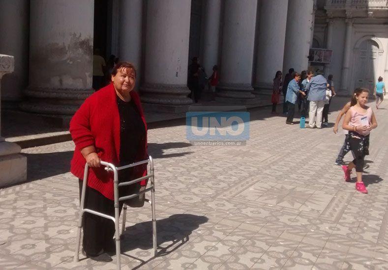 María Manuela Del Valle en la puerta de la Catedral terminando las Siete Iglesias. Foto UNO/ Juan Manuel Kunzi.