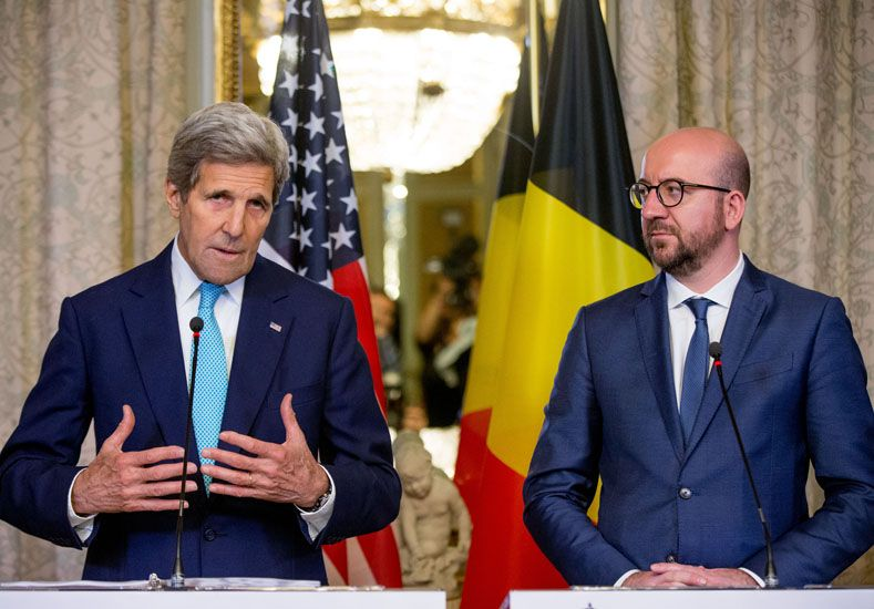 El secretario de Estado norteamericano John Kerry a la izquierda