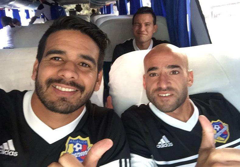 Nace una amistad. Diego Jara junto a Leonel Toti Ríos en el micro que traslada la plantilla a jugar los cotejos en Venezuela.