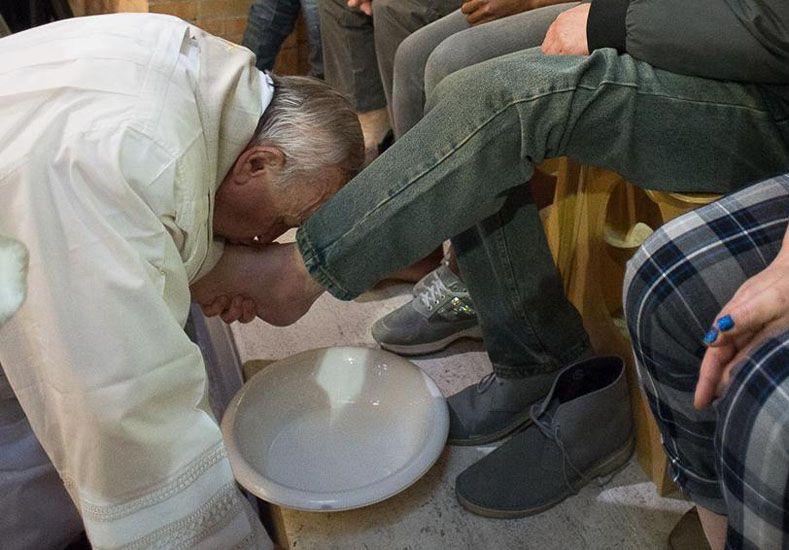 Francisco lavará los pies de refugiados durante la misa del Jueves Santo