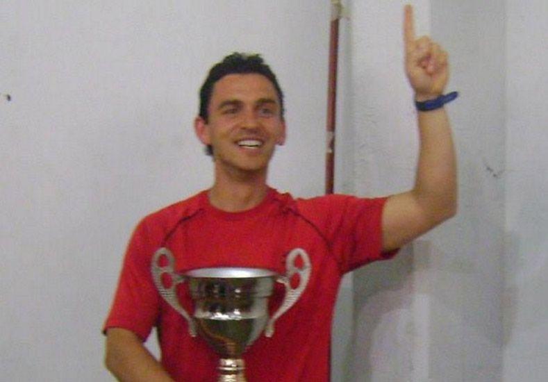 Copado. Lanzi posa con la Copa del campeón.