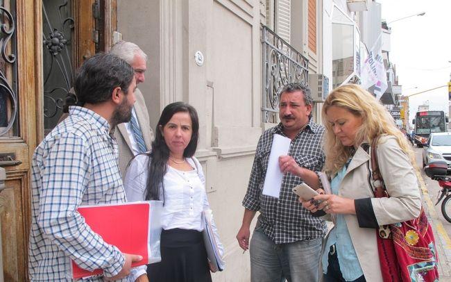 Los representantes de Agmer en la puerta del Juzgado Laboral N° 4. Foto Agmer.