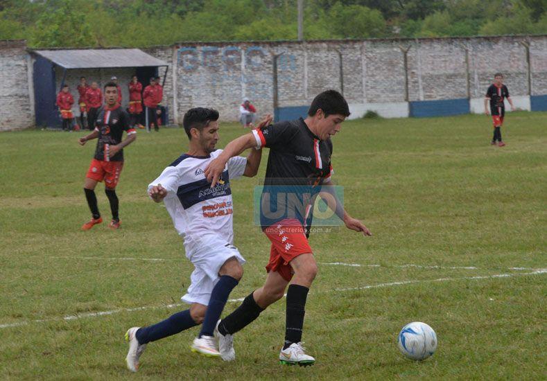 Jonathan Monzón marca a un jugador santafesino. El equipo paranaense fue superado.   Foto UNO/Juan Manuel Hernández