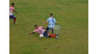 Un trámite intenso se dio en el Nuevo Estadio Mondonguero.Foto UNO/Juan Manuel Hernández