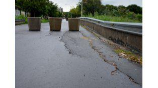 Puente. Vecinos movieron el vallado que permitía circular en un solo sentido